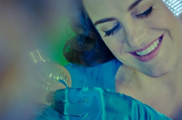 Alessandra Maestrini é a mulher jovem na série 'Correio Feminino' (Foto: Divulgação / TV Globo)