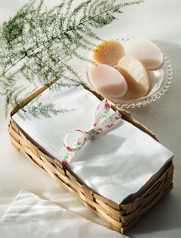 Acomodadas numa cestinha de palha, toalhas de papel substituem as de tecido com muito charme. Pratinho de vidro Tok&Stok, sabonetes Villa Pano (Foto:  Cacá Bratke/Editora Globo)