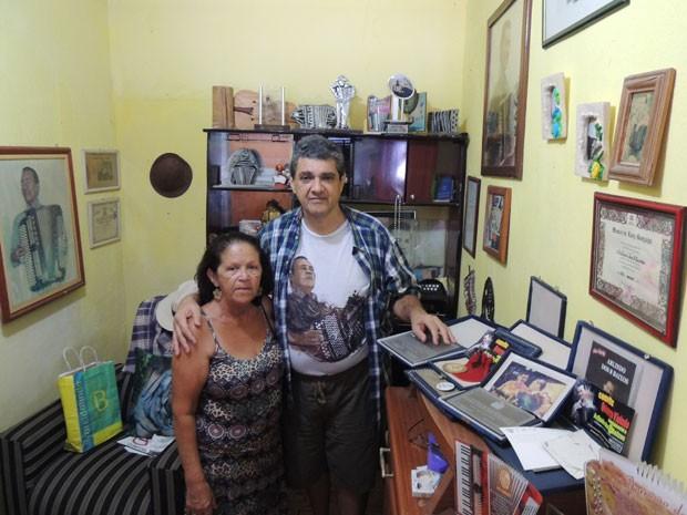 Dona Odete e o produtor Roberto Andrade lamentam não conseguir manter festas de forró em Dois Unidos (Foto: Vitor Tavares / G1)