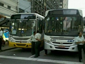 Motoristas de ônibus interrompem tráfego na Avenida Conde da Boa Vista (Foto: Gabriela Lisboa/TV Globo)