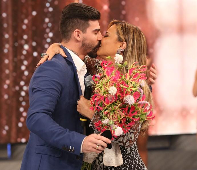 Vivi e Radamés trocam beijo apaixonado no palco do Domingão (Foto: Carol Caminha/Gshow)