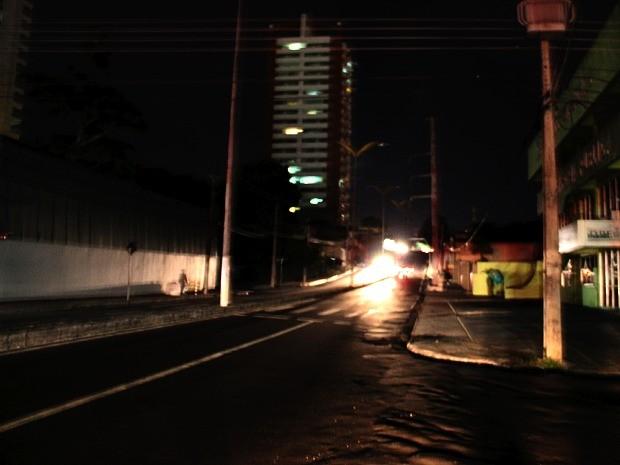 Vários bairros ficaram sem energia em Manaus (Foto: Sérgio Rodrigues/G1 AM)