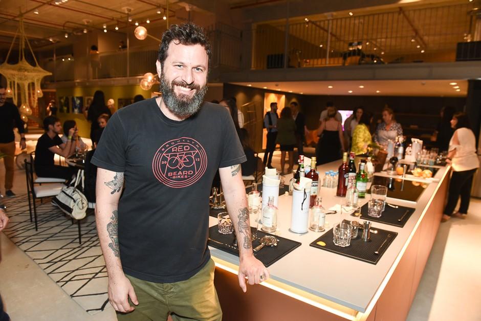 Para fechar a noite, o bartender Alexandre D'Agostino falou sobre a nova tendência da coquetelaria: drinks engarrafados (Foto: David Mazzo)