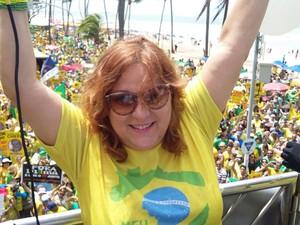 Cantora Nena Queiroga cantou o hino nacional em cima de um trio elétrico, para dar início à passeata (Foto: Katherine Coutinho / G1)