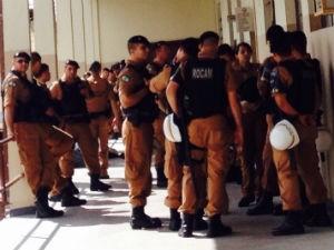 Policiais se concentram na Assembleia Legislativa para evitar a aproximação de professores  (Foto: Dulcineia Novaes / RPC)