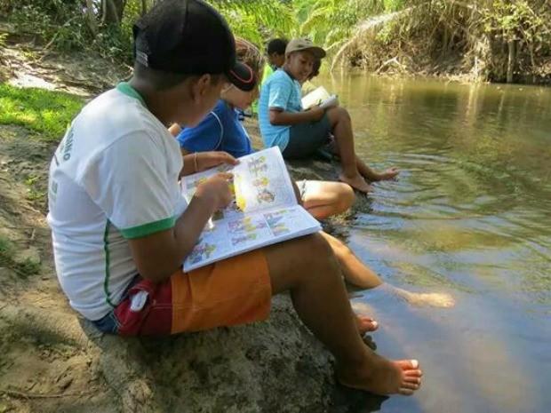 Estudantes tem aula na beira de lago devido ao calor (Foto: Reprodução/Tv Morena)