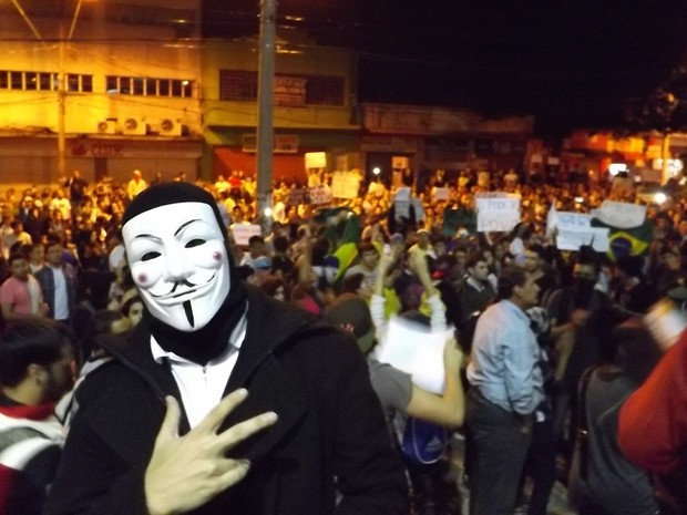 Alguns dos participantes usaram máscaras durante o protesto  (Foto: Alan Schneider/G1)