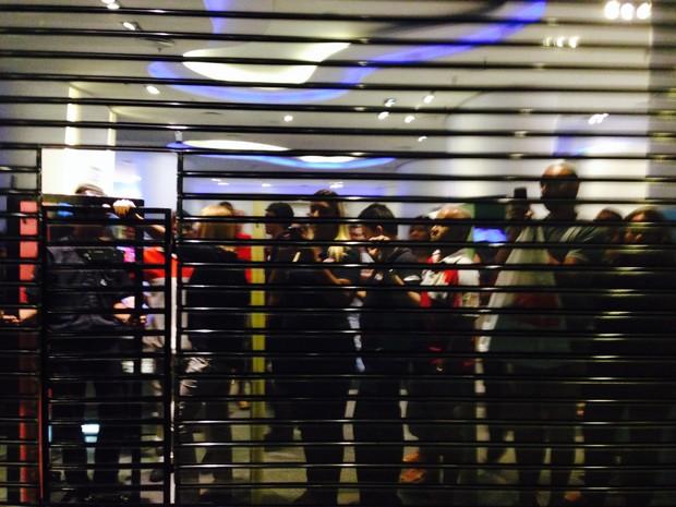 Algumas lojas fecharam quando o rolezinho começou (Foto: Daniel Silveira/ G1)