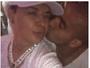 Mais um? David Brazil posta vídeo ganhando beijinho de Emerson Sheik