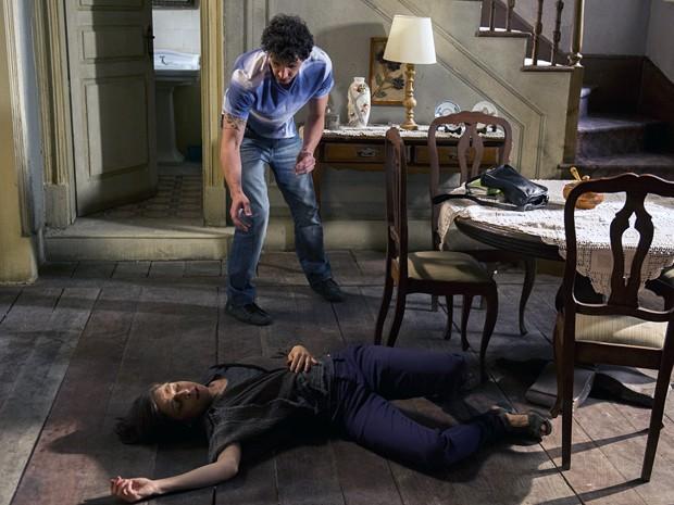 Elivaldo se depara com Cora esparramada no chão! (Foto: Estevan Avellar/TV Globo)