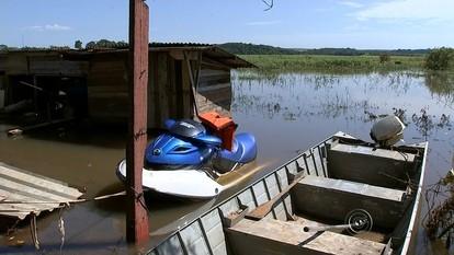 Parentes e amigos ajudam nas buscas por desaparecida em Rio Paranapanema