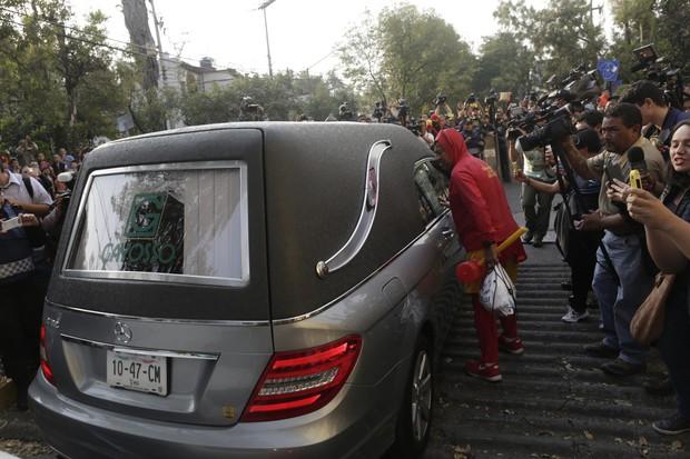 Cortejo de Roberto Bolaños na Cidade do México (Foto: Reuters)