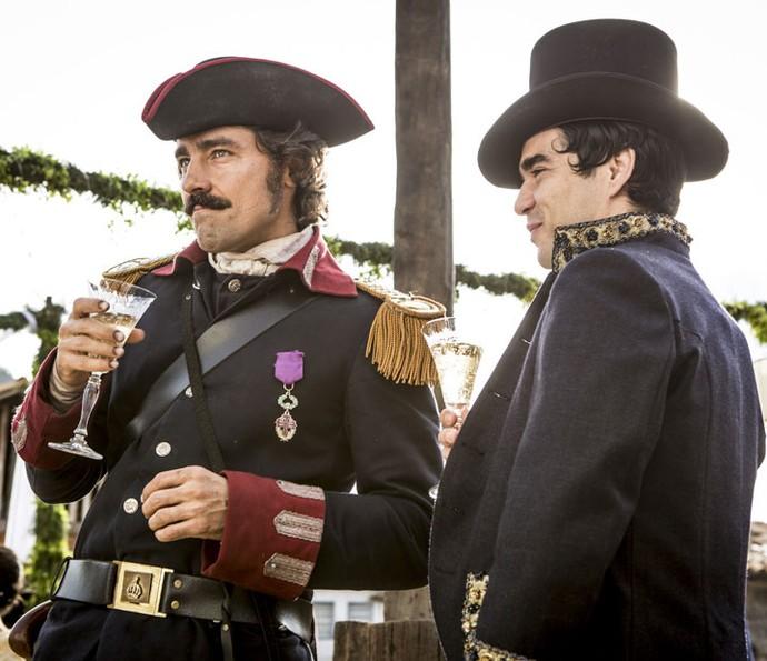 André e Tolentino bebem champanhe juntos... (Foto: Felipe Monteiro/Gshow)
