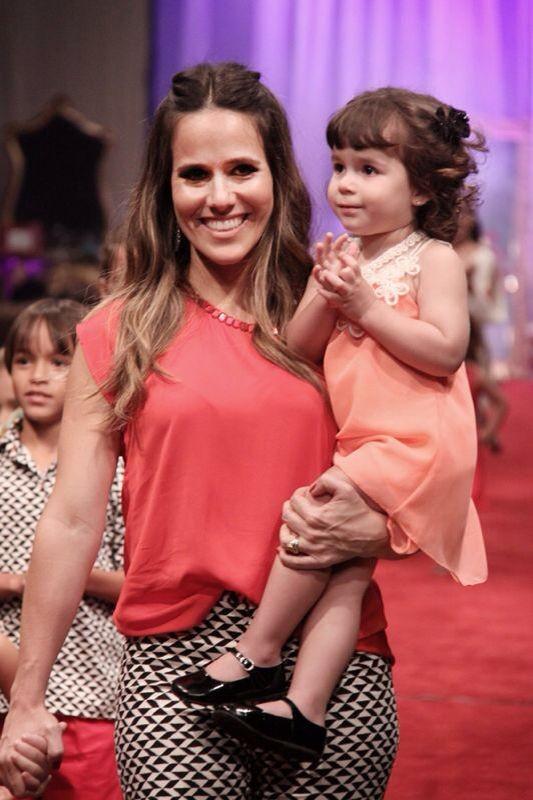 Fernanda Pontes desfila com sua filha Malu (Foto: Divulgação)