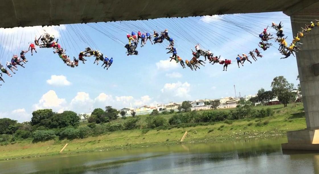 245 pessoas quebram recorde mundial de pêndulo humano (Foto: Reprodução/ YouTube)