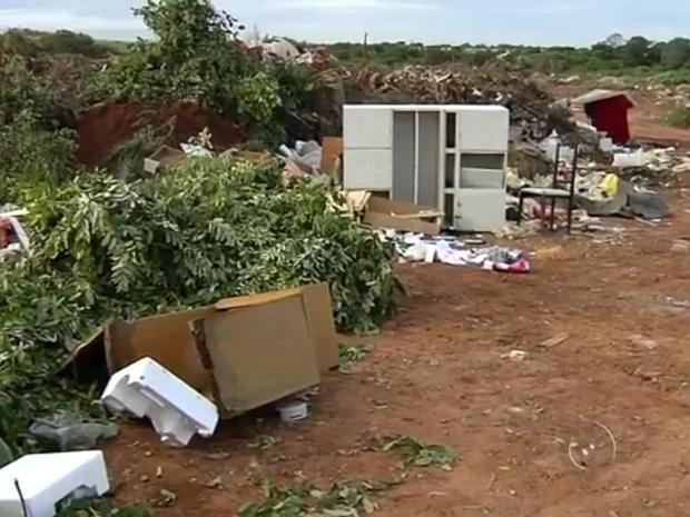 Local servia para descarte de galhos e entulho de construções (Foto: Reprodução / TV TEM )