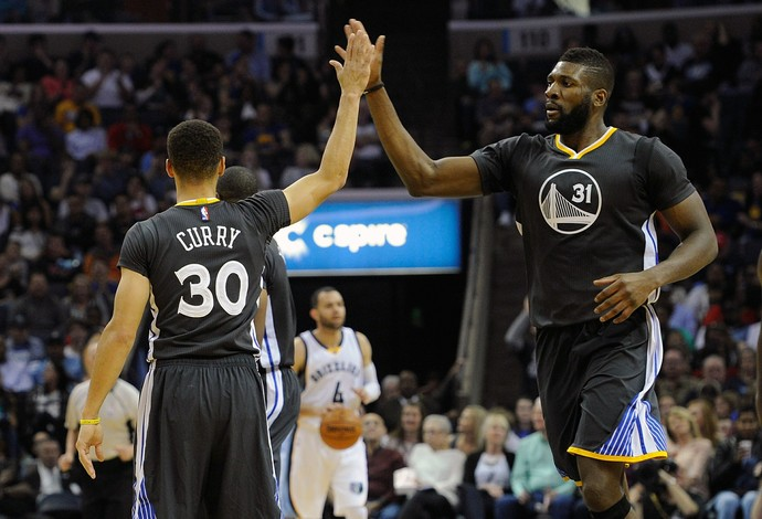 Curry Ezeli Grizzlies x Warriors NBA Basquete (Foto: Getty Images)