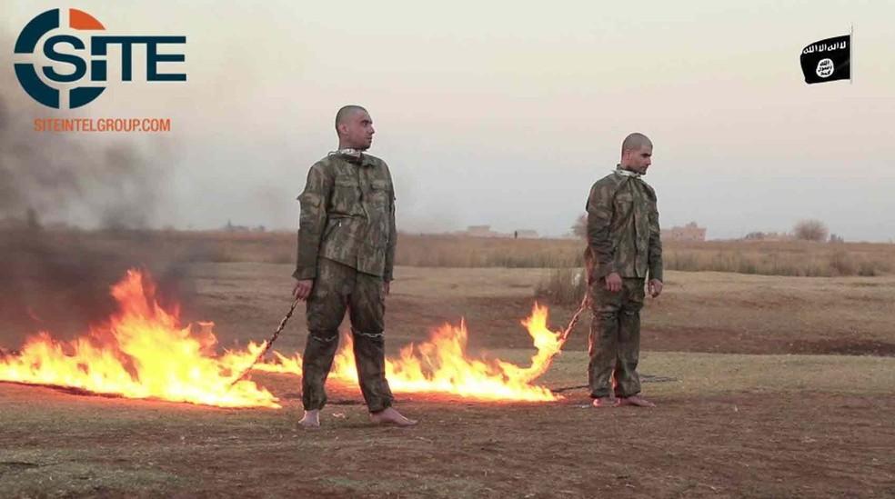 SITE Intel Group, que monitora jihadistas na internet, divulga imagem de vídeo difundido pelo Estado Islâmico em que dois soldados são queimados vivos (Foto: Reprodução/ Twitter/ SITE)