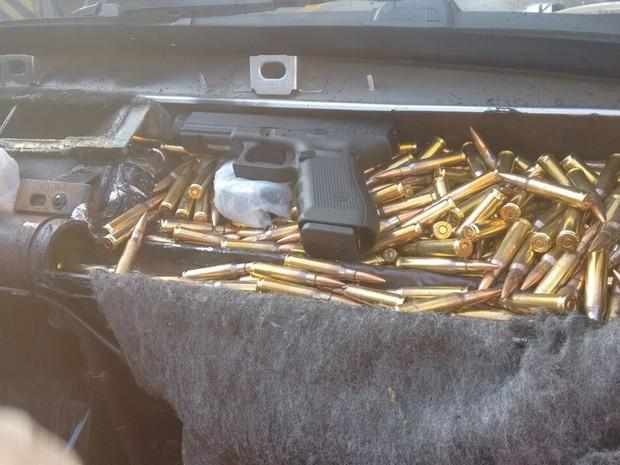 Entre as centenas de munições, polícia achou cinco pistolas (Foto: Divulgação/ Polícia Rodoviária Avaré)