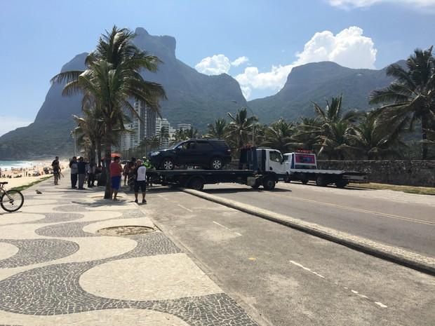 Carro de Pedro Novaes é retirado da areia da praia de São Conrado (Foto: EGO)