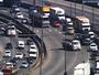 Motorista de caminhão dá ré na Marginal Tietê