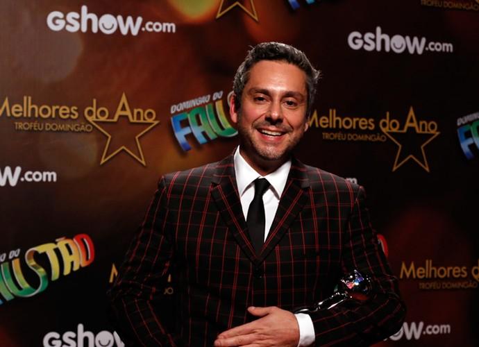 Alexandre Nero 'cuida' do troféu na categoria Ator no 'Melhores do Ano' (Foto: Ellen Soares/Gshow)