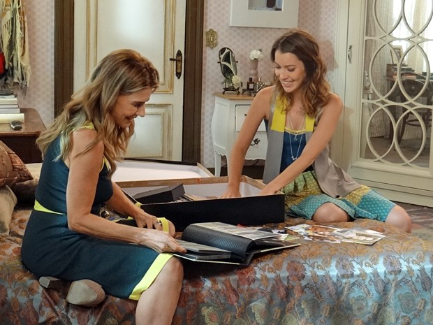 A ex-miss abre a caixa de recordações para a amiga jornalista (Foto: TV Globo)