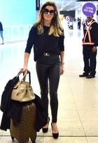 Look do dia: Deborah Secco usa roupa preta e mala de grife em aeroporto
