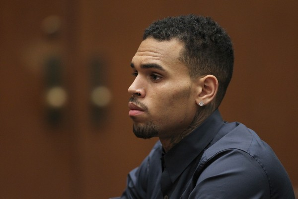 Chris Brown durante audiência nos EUA (Foto: Getty Images)
