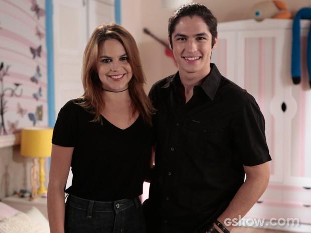 Bianca Salgueiro e Gabriel Leone posam para foto em intervalo do estúdio (Foto: Felipe Monteiro / TV Globo)