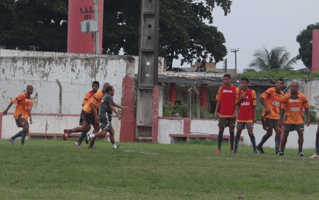 Roberval Davino orienta jogada em treino (Foto: Denison Roma / Globoesporte.com)