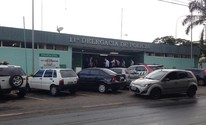 Suspeito de trancar mulher e filhos é preso (Gabriel Luiz/G1)