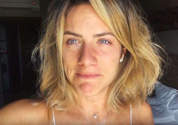"""Giovanna Ewbank mostra momento de seu despertar, com a """"cara toda amassada"""", como ela diz (Foto: Reprodução/Youtube)"""