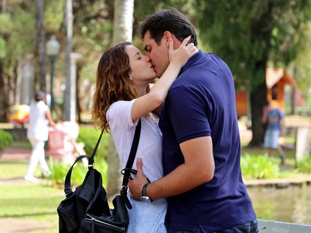 Personagens de Nathalia Dill e Thiago Lacerda vivem romance em Alto Astral (Foto: Alto Astral/ TV Globo)