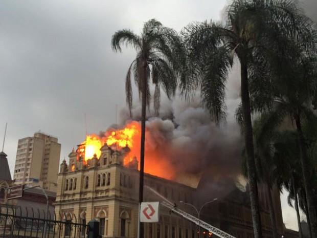 Fogo atinge o Museu da Língua Portuguesa na região central de São Paulo (Foto: Renata Melo/VC no G1)