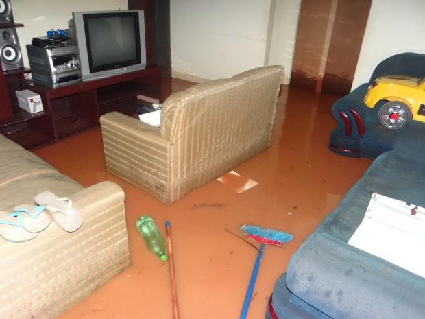 Água invadiu casas e danificou móveis (Foto: Messias Alves Ferreira/ A Voz do Povo)
