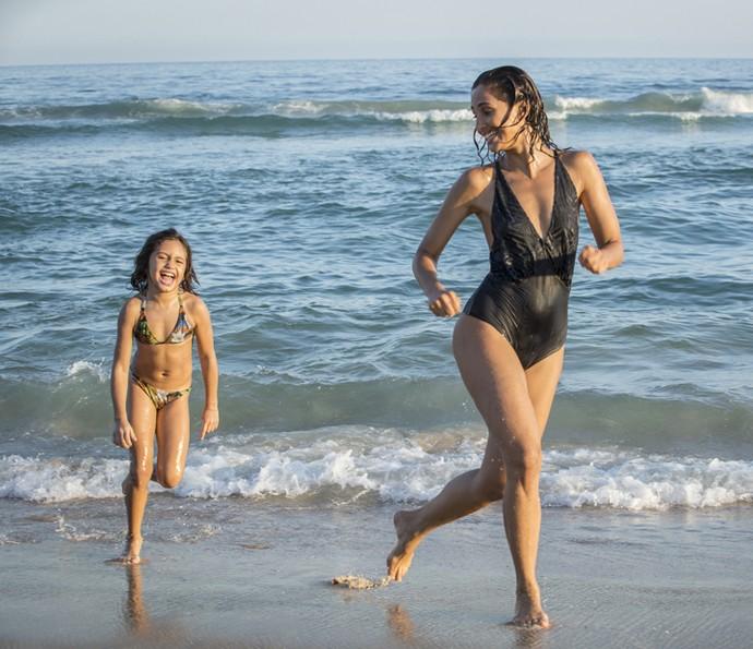 Antônia se diverte com amãe na praia  (Foto: Felipe Monteiro/Gshow )