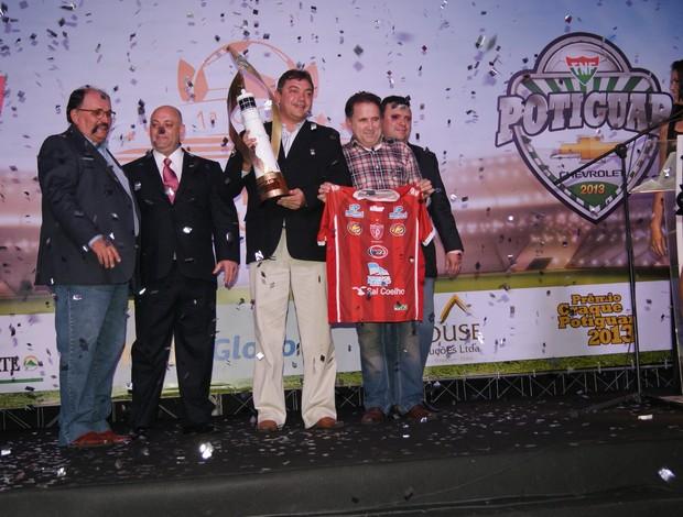 Potiguar de Mossoró recebe a taça de campeão, que homenageia o Farol de Mãe Luiza (Foto: Jocaff Souza)