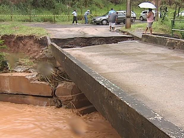 A ponte foi interdidata e não tem data prevista para ser liberada. (Foto: Reprodução Inter TV dos Vales)