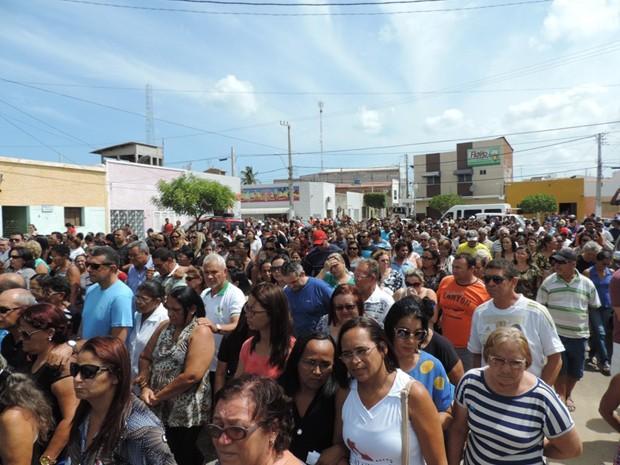 Multidão acompanhou cortejo até o cemitério em Macau, na região Central do RN (Foto: Jailton Silva/Macau em Fotos)