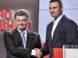 O novo presidente ucraniano, Petro Poroshenko (esquerda), cumprimenta o novo prefeito de Kiev, Vitaly Klitschko, neste domingo (25), após as eleições (Foto: AP)