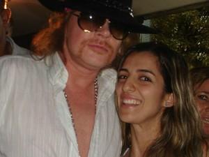 Ao lado do vocalista Axl Rose, quando o grupo se apresentou no Brasil, em 2010. (Foto: Arquivo pessoal/ Mariana Moraes)