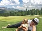Gisele Bündchen posta foto do marido abraçado com a filha