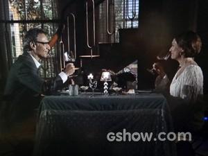 Chica faz jantar romântico para Ricardo (Foto: Em Família/ TV Globo)
