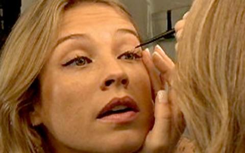 Maquiador ensina a Luana Piovani diversas formas de aplicar o delineador