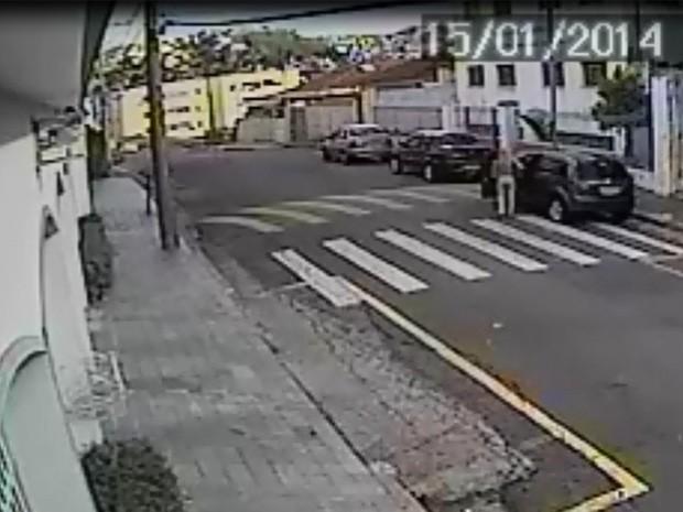 Imagens de câmeras de segurança mostram Andrea entrando no carro (Foto: Reprodução/ Polícia Civil)