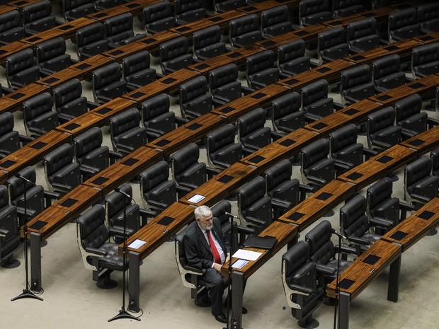 O deputado Luiz Couto (PT-PB) é visto sozinho no plenário da Câmara dos Deputados, em Brasília, durante sessão não deliberativa realizada na tarde desta quarta-feira (3), véspera de feriado prolongado (Foto: Dida Sampaio/Estadão Conteúdo)