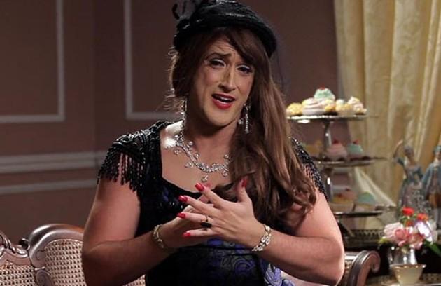 Aqui, o ator aparece carcterizado como Mulher de Época (FOTO: Reprodução)