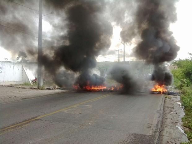 Manifestantes queimaram pneus na rodovia PB-073 (Foto: Sílvia Torres / TV Paraíba)