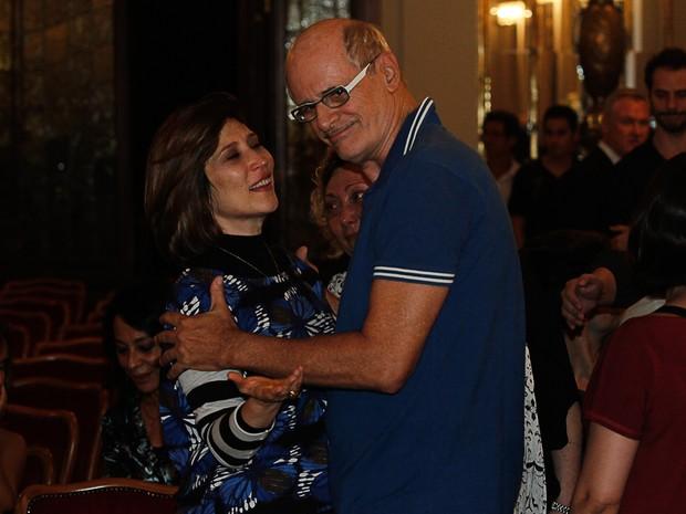 Beth Goulart recebe o carinho de Juca de Oliveira no velório de Paulo Goulart em São Paulo (Foto: Amauri Nehn e Marcos Ribas/ Foto Rio News)